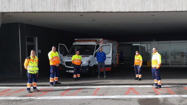 Técnicos de ambulancia y personal sanitario de Transinsa en el área de urgencias del Hospital Universitario Central de Asturias (HUCA).