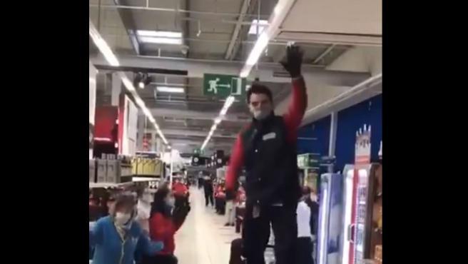 Trabajadores bailan 'Resistiré' en un supermercado.