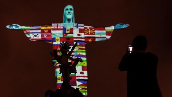 Las banderas de los países afectados por el coronavirus el 17 de marzo de 2020, proyectadas en la estatua del Cristo Redentor de Río de Janeiro (Brasil), en un acto de apoyo.