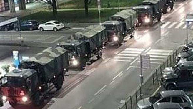 Un convoy de camiones del Ejército italiano traslada a los muertos en Bérgamo.