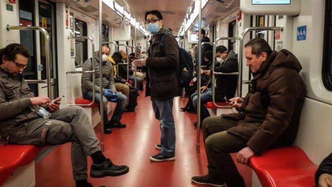 Ciudadanos en el metro de Milán esta semana