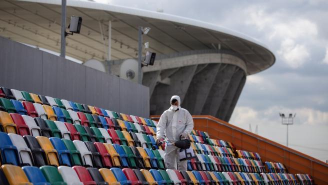 Un operario desinfecta los asientos del Ataturk Olympic Stadium de Estambul.
