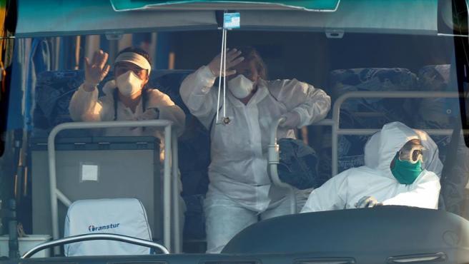 Trabajadores sanitarios que trasladaron en La Habana a la tripulación y el pasaje del crucero británico 'MS Braemar', que registró cinco casos de coronavirus a bordo, para su repatriación de Cuba al Reino Unido.