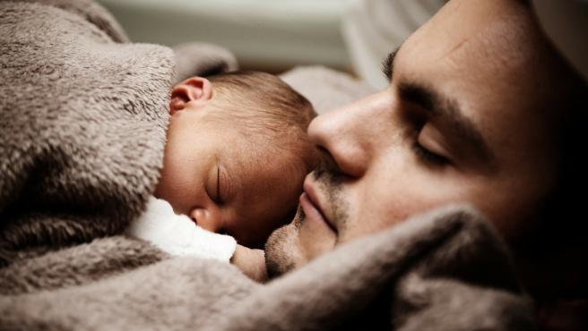 Imagen de archivo de un padre con su bebé.