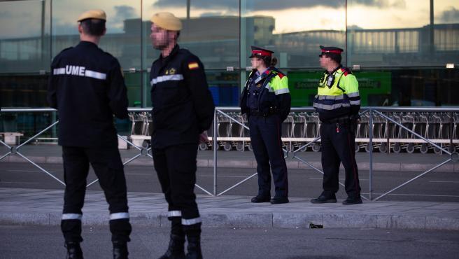 Mossos d´Esquadra y militares de la UME este jueves en el aeropuerto de Barcelona.
