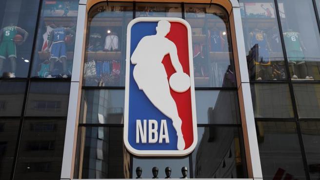 El logo de la NBA en una tienda de Pekín, en una imagen de archivo.