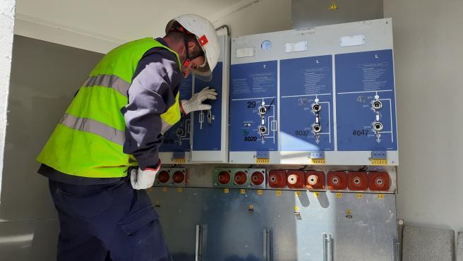 Técnico de Endesa trabaja en uno de los nuevos centros de transformación