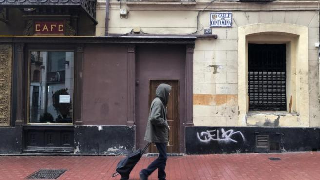 Un hombre por las calles de Zaragoza.