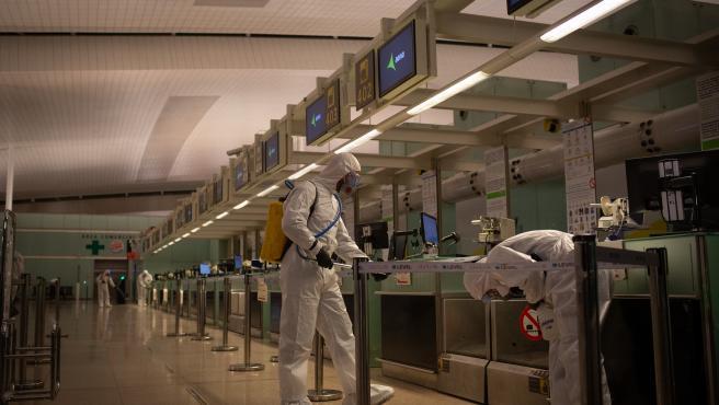 Agentes de la Unidad Militar de Emergencias (UME) desinfectan el Aeropuerto de El Prat en el marco de la operación de lucha contra la propagación del coronavirus, en Barcelona/Catalunya (España), a 19 de marzo de 2020.