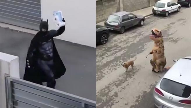 Batman con papel higiénico y un dinosaurio paseando a un perro.