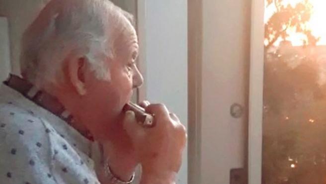 Fotografía cedida por la familia de Hermann Schreiber, el anciano con alzhéimer que toca la armónica desde su residencia y cree que los aplausos son para él.