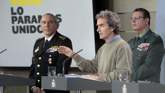 (I-D) El director adjunto operativo (DAO) de la Policía, José Ángel González, el teniente general, Laurentino Ceña, y el director del Centro de Coordinación de Alertas y Emergencias Sanitarias del Ministerio de Sanidad, Fernando Simón. 19 de marzo de 2020