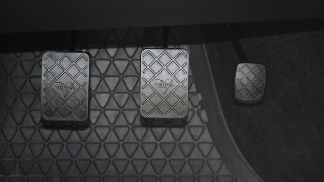 En un coche de cambio manual los pedales son, de izquierda a derecha, embrague, freno y acelerador