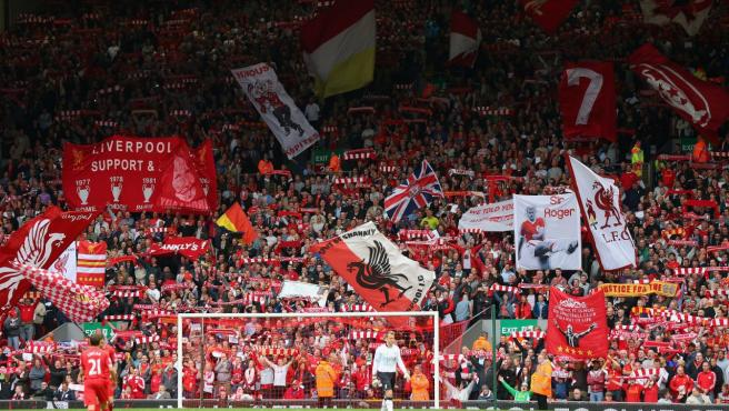 Hinchas del Liverpool cantando el 'You'll Never Walk Alone'