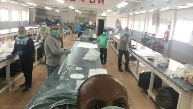 Militares de la base aérea de Alcantarilla (Murcia) fabricando mascarillas.
