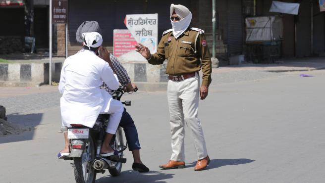 Un policía da indicaciones en la ciudad india de Amritsar.