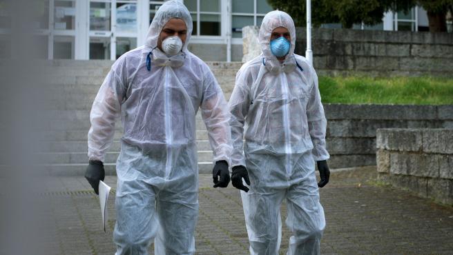 Dos trabajadores sanitarios salen este domingo de la residencia de mayores San Carlos de Celanova (Ourense), principal foco de contagio de coronavirus en la provincia.
