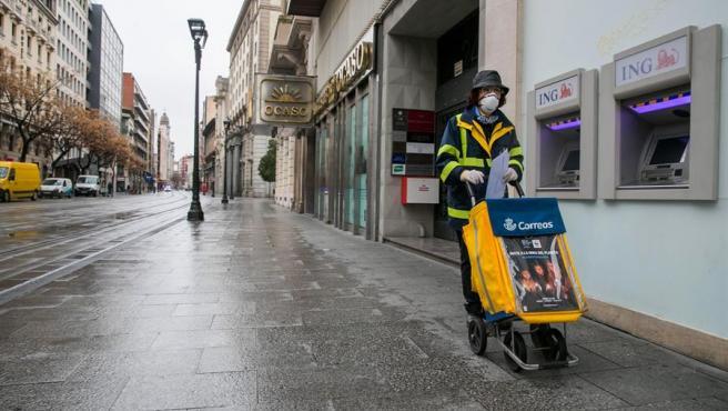 Una trabajadora del servicio de Correos, en Zaragoza,