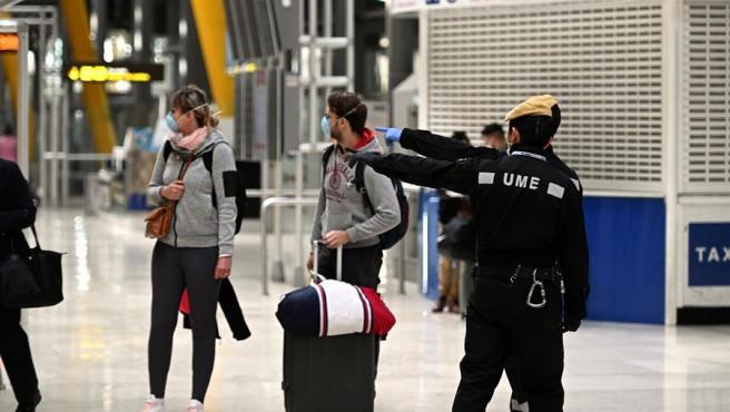 Efectivos de la Unidad Militar de Emergencias, en el Aeropuerto de Barajas durante el estado de alarma por el coronavirus.