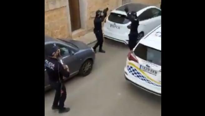 Policías locales de Mallorca, animando a los vecinos.