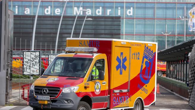 Salida de un vehículo del Samur en Ifema, donde se ha construido un 'hospital de campaña', en Madrid.