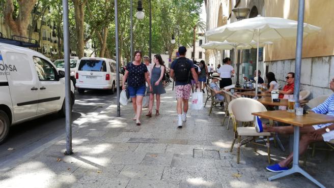 Turistas paseando por el centro de Palma en verano.