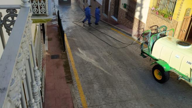 Un tractor ayuda en las labores de limpieza y desinfección contra el coronavirus