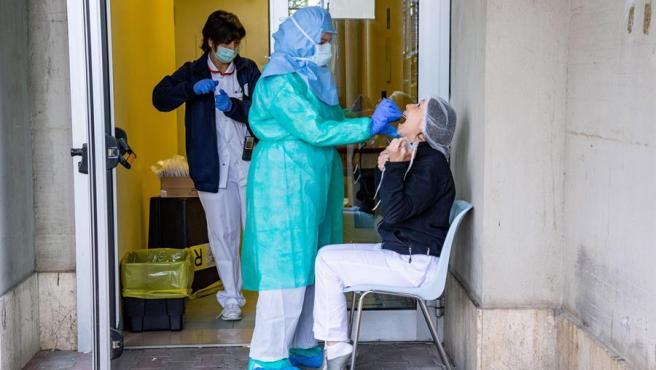 Una enfermera recoge muestras para un test de Covid-19 en Italia.