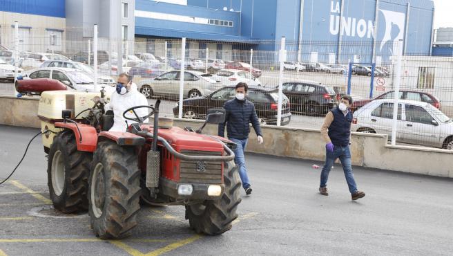 Uno de los tractores que han participado en la desinfección del municipio de El Ejido