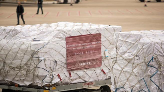 Operarios descargan más de un millón de mascarillas y material sanitario, donado por Inditex.