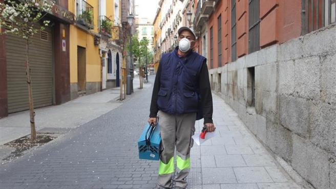 """Jose Antonio Salazar, un trabajador de la construcción en Madrid, nos relata cómo está viviendo el estado de alerta por coronavirus. """"Necesito el trabajo, pero prefiero parar. Tengo cuatro personas en casa y es un riesgo. Al final puedo infectarme"""", comenta."""