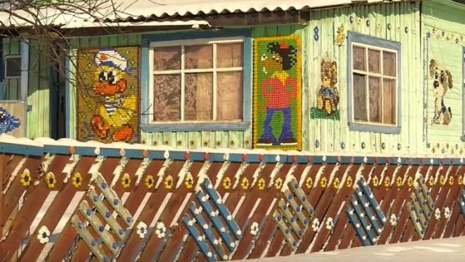 La anciana lleva 7 años construyendo sus murales en Rusia.