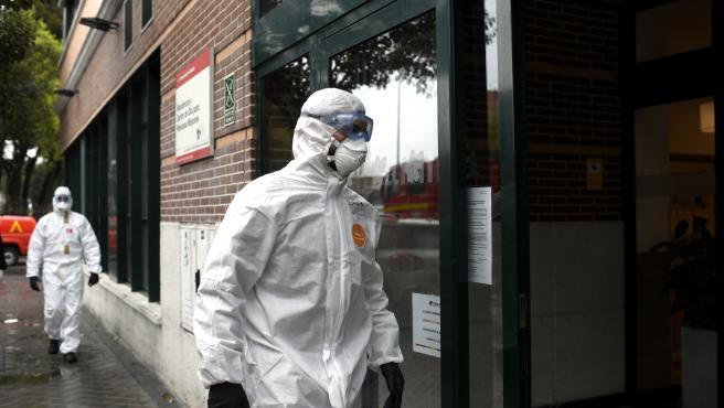 Efectivos de la Unidad Militar de Emergencias (UME) del Ejército a su llegada a la Residencia de mayores Amavir ubicada en el barrio madrileño de Usera, donde llevarán a cabo tareas de desinfección