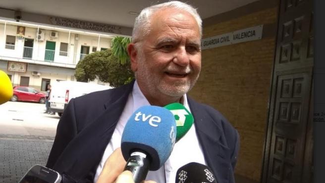 Juan Cotino a la salida de la Comandancia