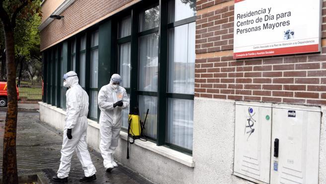 Miembros de la UME desinfectan una residencia en Madrid