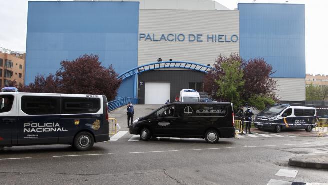 Una furgoneta de una funeraria llega al Palacio de Hielo de Madrid durante la crisis del coronavirus.