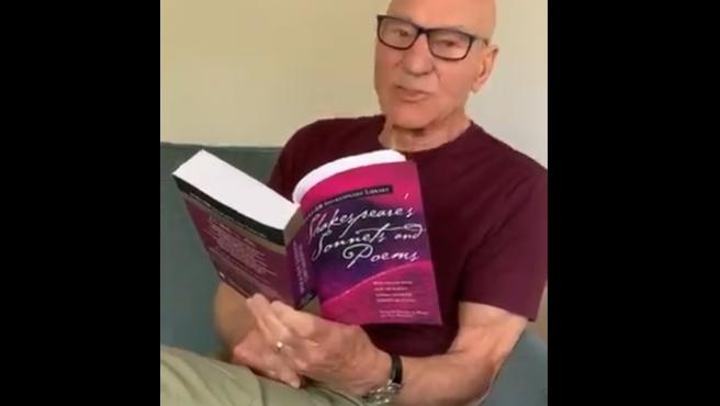 Patrick Stewart, leyendo a Shakespeare.