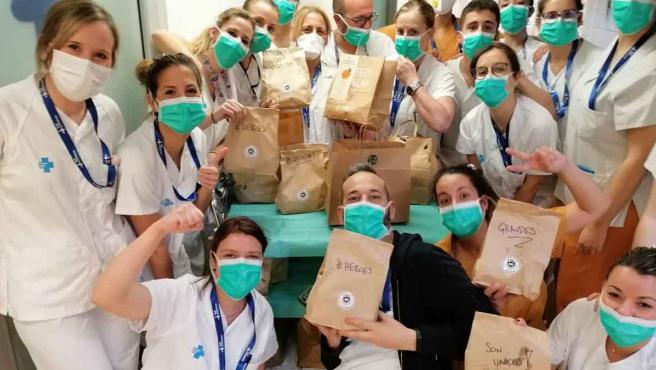Personal médico tras recibir paquetes de HealthWarriors.