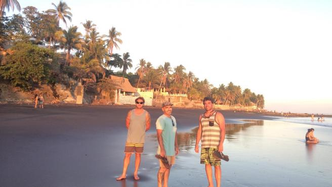 Tres surfistas cántabros atrapados en El Salvador por la cancelación de vuelos hacia España tras la declaración del estado de alarma por la epidemia de coronavirus
