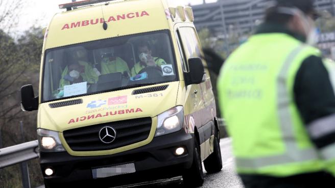 Una ambulancia, este martes, en los alrededores del hospital temporal de Ifema.