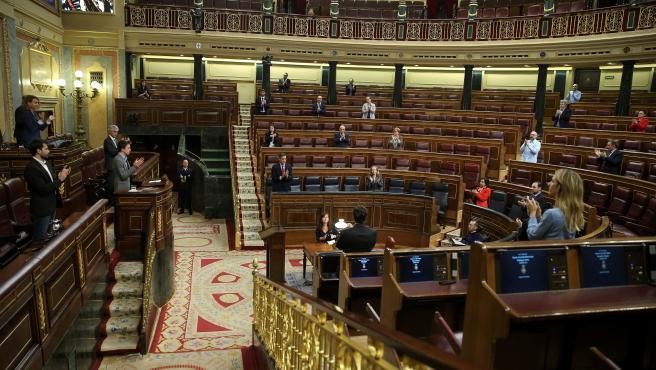 Aplauso en el Congreso a los sanitarios que luchan contra el coronavirus, antes del debate previo a la votación de la extensión del estado de alarma.