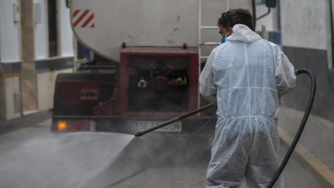 Agricultores de la Algaba colaboran con sus propoios medios para desinfectar las calles del pueblo.