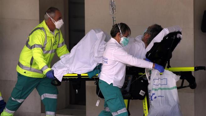 Sanitarios de una ambulancia trasladan a un enfermo con coronavirus al hospital vizcaíno de Cruces.