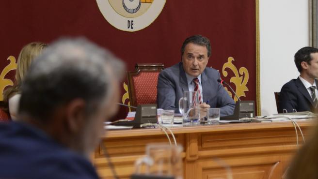 El alcalde de Torremolinos, José Ortiz, interviene en un pleno.