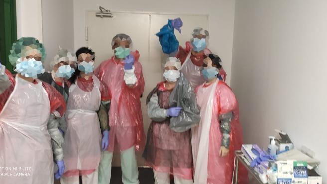 Imagen de un grupo de enfermeros de un hospital de Madrid donde hay escasez de material.