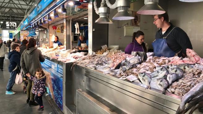 Puestos de pescado del Mercado del Carmen de Huelva.