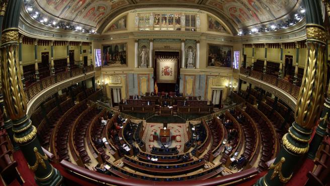 Ahora sí, España estará 15 días más en estado de alarma. Así lo ha confirmado el Congreso de los Diputados que —después de 12 horas ininterrumpidas de una sesión finalizada a las dos de la madrugada de este jueves— aprobó la petición de prórroga presentada por el Gobierno con los votos a favor de la inmensa mayoría de la Cámara (321), algunas abstenciones (28) y ningún voto en contra.