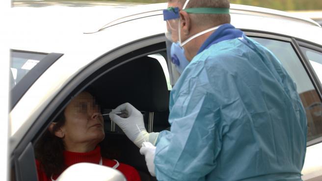 Dispositivo sanitario de la prueba test del PCR para detectar la infección por coronavirus a las personas desde su coche, instalado en aparcamiento del centro de salud de la barriada La Roca, en Málaga, (Andalucía, España), a 23 de enero de 2020.