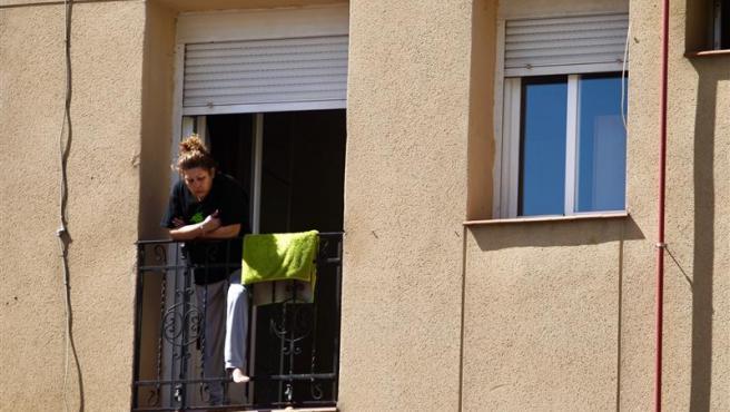 Una mujer observa la calle desde su balcón, una actividad cada vez más extendida tras el confinamiento por coronavirus.