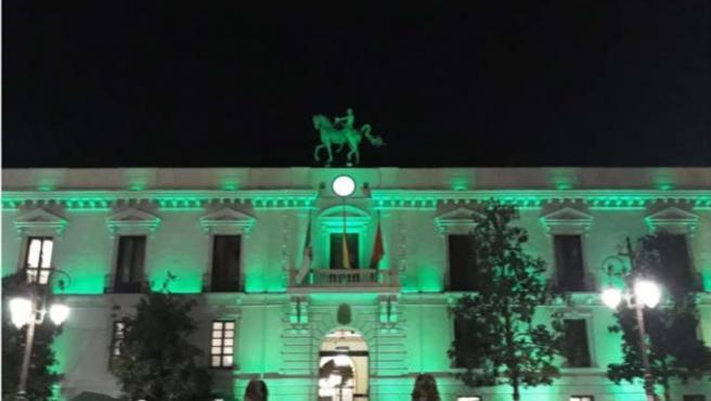 El Ayuntamiento se ilumina de verde en homenaje a los sanitarios